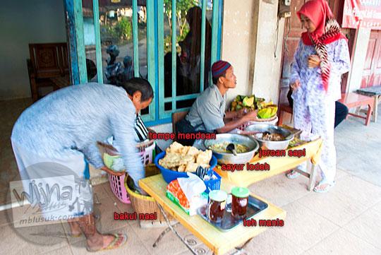 wanita cewek cantik kebumen berhijab pakai piyama pelanggan nasi penggel pak melan