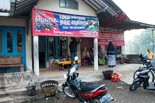 penampakan tampilan suasana bersantap lokasi warung lapak nasi penggel pak melan khas kebumen