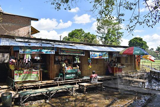 bangunan musala dan cerita pemilik warung-warung sederhana di umbul manten tulung klaten jawa tengah