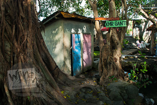 bangunan fasilitas toilet wc umum dan tempat ganti pakaian sederhana di umbul manten tulung klaten jawa tengah