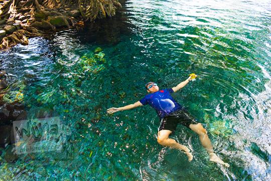 foto model cewek berenang terlentang pakai bikini di umbul kemanten tulung jawa tengah