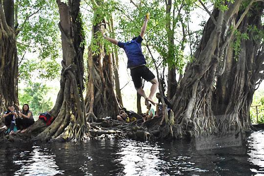 cara setting kamera mendapatkan foto pose orang sedang lompat nyebur ke kolam di umbul manten tulung klaten jawa tengah