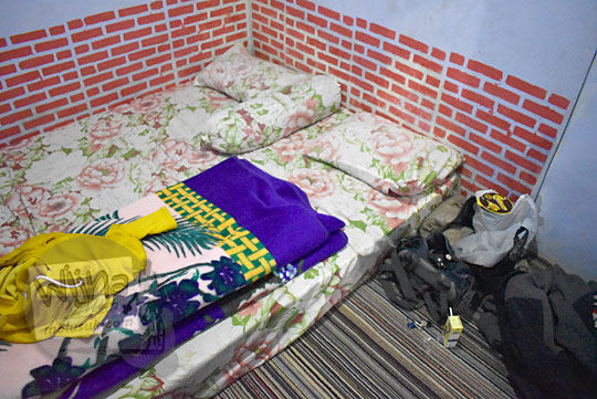 suasana kamar tidur sederhana kasur tanpa ranjang dengan selimut tebal di homestay murah harga mahasiswa pelajar di Desa Sembungan, Kejajar, Wonosobo Jawa Tengah