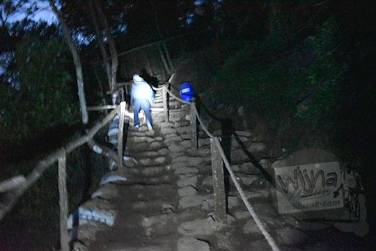 hal-hal yang diperlukan sebelum menyiapkan pendakian melihat sunrise matahari terbit dari puncak bukit Sikunir Dieng di Desa Sembungan, Kejajar, Wonosobo