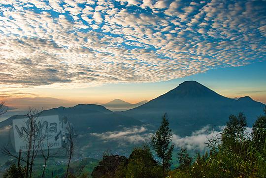 pemandangan indah gunung sindoro dan gunung sumbing saat sunrise dengan awan bagus dilihat dari Puncak Sikunir Dieng di Wonosobo Jawa Tengah