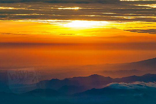 waktu-waktu di mana pemandangan sunrise matahari terbit dari Puncak Sikunir Dieng dihiasi dengan indahnya hamparan lautan kabut tebal