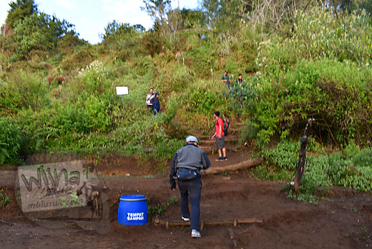 rute panduan jalan setapak tersembunyi menuju salah satu puncak Bukit Sikunir Dieng dengan pemandangan romantis yang jarang diketahui orang