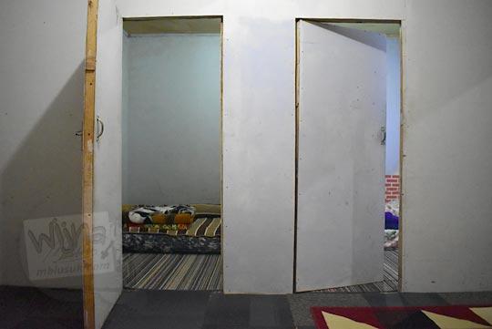 pintu kamar homestay sederhana di Desa Sembungan Kejajar Wonosobo Jawa Tengah
