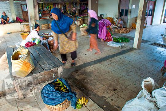 para pedagang terlihat sepi di pasar mertokondo saat pagi hari