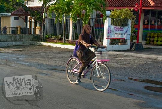 siswa perempuan berjilbab bersepeda ke sekolah di kabupaten kebumen