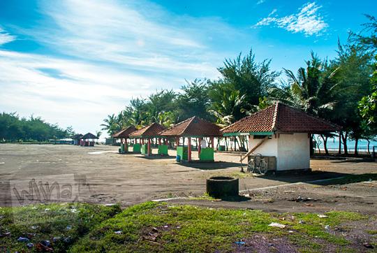 suasana parkir sepeda motor mobil dan bus di kawasan pantai petanahan kebumen terlihat sepi pada pagi hari