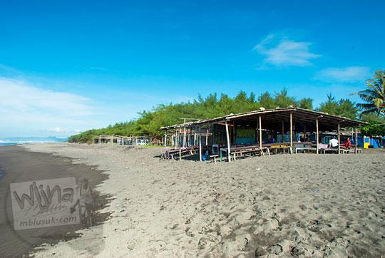 warung-warung sederhana berdiri di pinggir pantai petanahan kebumen rawan terkena abrasi