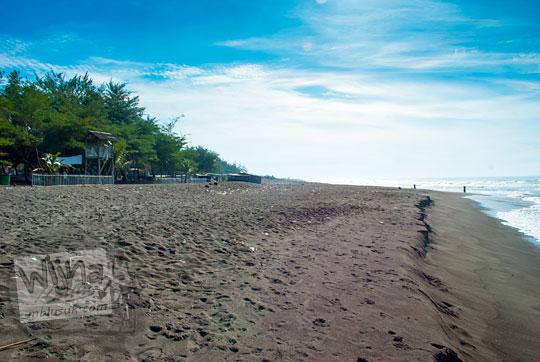 pemandangan indah pantai petanahan di kebumen saat pagi hari yang masih sepi serasa milik pribadi
