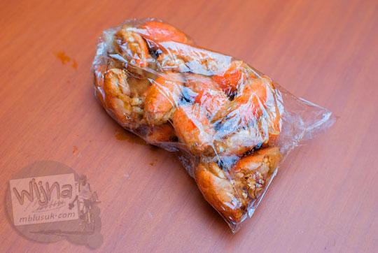 harga satu bungkus plastik berisi yutuk undur undur goreng camilan khas pantai petanahan kebumen