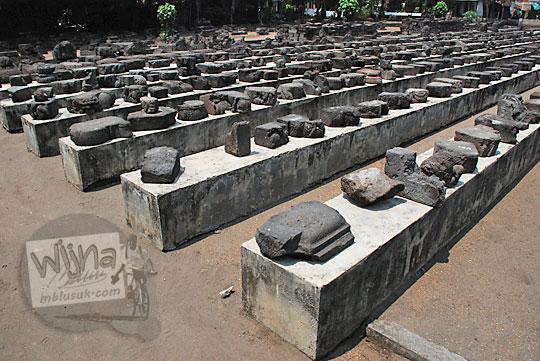 kumpulan batu-batu candi penemuan arca disimpan di taman Candi Surowono, Kediri