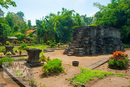 foto tampak depan Candi Surowono, Kediri di antara taman gersang yang penuh dengan cerita relief