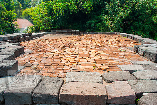 penampakan puncak bagian atas Candi Surowono, Kediri penuh batu bata kuno