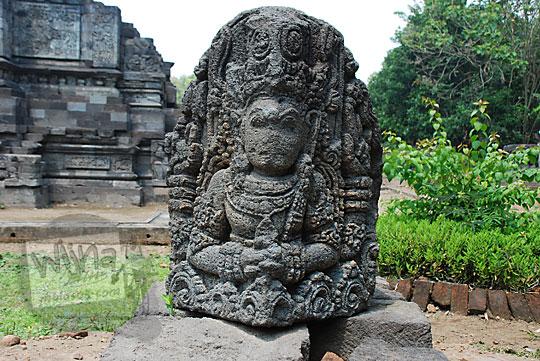 bentuk wajah arca dewa hindu di pinggir Candi Surowono, Kediri