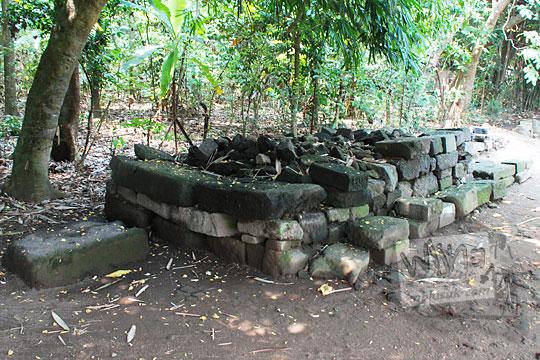 tumpukan batu-batu penyusun candi berelief di sekitar Candi Surowono, Kediri
