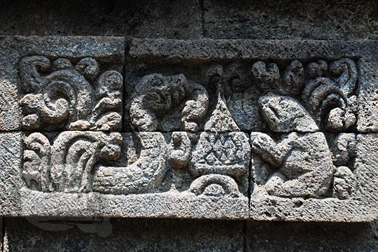 relief cerita tantri ular fabel memperdaya kodok di Candi Surowono, Kediri