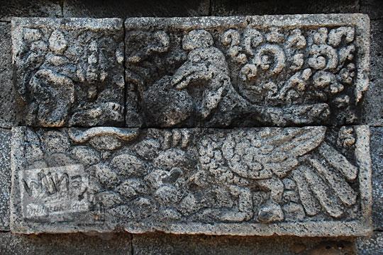 relief cerita tantri kisah fabel leher burung bangau tua dicapit kepiting sampai mati karena menipu di Candi Surowono, Kediri