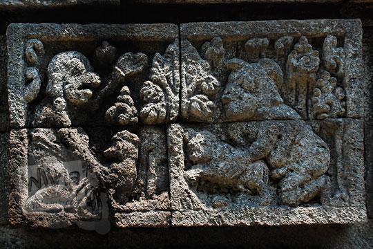relief cerita tantri tentang pesan moral adu ayam dan anjing di Candi Surowono, Kediri
