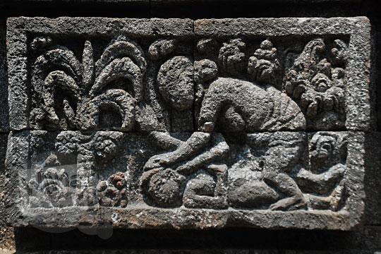 relief cerita tantri tentang pesan moral dua orang wanita berkelahi di Candi Surowono, Kediri