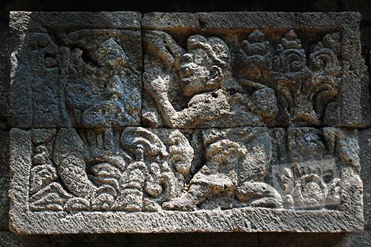 relief cerita tantri tentang pesan moral orang memancing ikan  Candi Surowono, Kediri