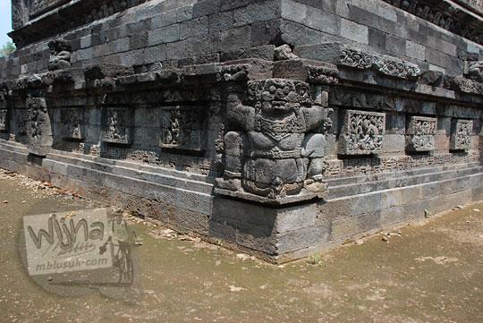 sudut-sudut di dasar kaki Candi Surowono, Kediri dihiasi relief dewa Gana