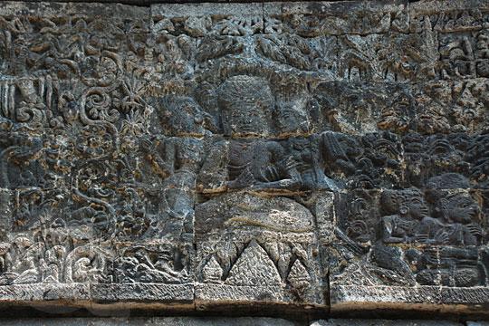 relief arjuna sedang bertapa digoda dewi supraba dan bidadari kahyangan sesuai kakawin arjunawiwaha, di Candi Surowono, Kediri