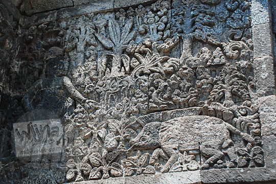 relief batara guru menyamar menjadi pemburu yang hendak menumpas amukan babi hutan sesuai kakawin arjunawiwaha, di Candi Surowono, Kediri