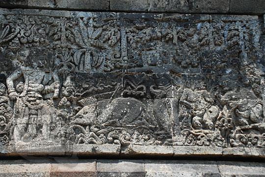 relief arjuna beserta punakawan berebut babi hutan yang mati terpanah oleh batara guru yang menyamar jadi pemburu sesuai kakawin arjunawiwaha, di Candi Surowono, Kediri