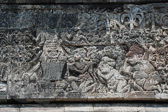 relief batara guru menampakkan diri di hadapan arjuna dan punakawan serta memberikan panah sakti untuk membunuh raksasa sesuai kakawin arjunawiwaha, di Candi Surowono, Kediri