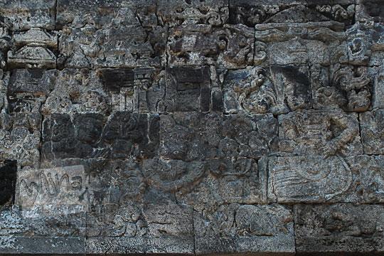 relief arjuna dan dewi supraba melapor kepada batara indra ditugaskan menyusup ke dalam istana raksasa niwatakawaca sesuai kakawin arjunawiwaha, di Candi Surowono, Kediri