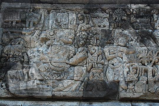 relief dewi supraba digoda oleh rakasasa niwatakawaca akhirnya memberi tahu kelemahannya yang ada di lidah sesuai kakawin arjunawiwaha, di Candi Surowono, Kediri