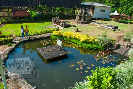 kolam teratai peninggalan zaman purbakala yang terletak di halaman candi songgoriti di kota batu jawa timur