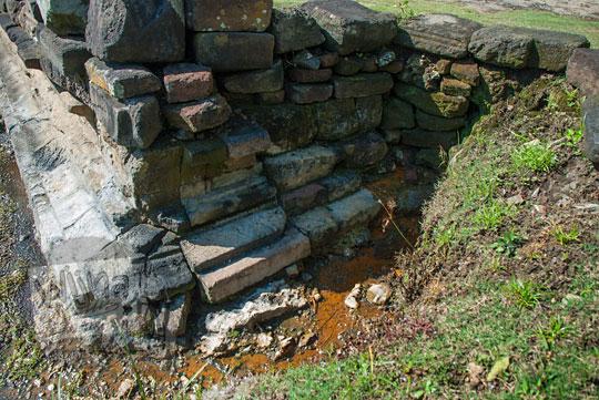foto penampakan sumber air belerang mitosnya mpu supo yang muncul di sela-sela sudut kaki candi songgoriti di kota batu