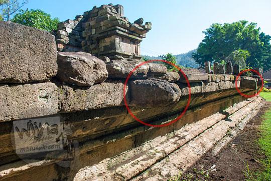 foto saluran air di dinding dasar candi songgoriti yang dahulu diduga bekas pancuran kolam air panas