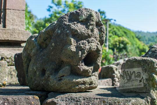 foto bentuk arca jalawadra unik sebagai pipa pembuangan air di candi songgoriti malang jawa timur