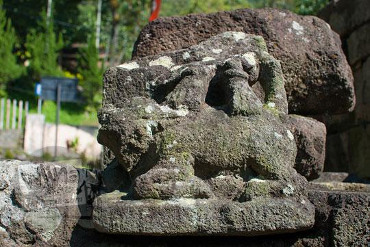 foto arca durga yang tidak utuh di relung candi songgoriti yang hanya menyisakan relief hewan sapi nandi