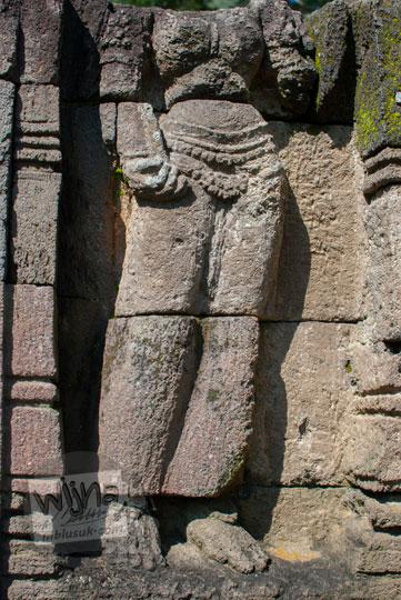 foto arca dewi di candi songgoriti yang sudah tidak utuh kepala hilang tapi memperlihatkan pose gaya dwi bangga dua lekuk tubuh seksi