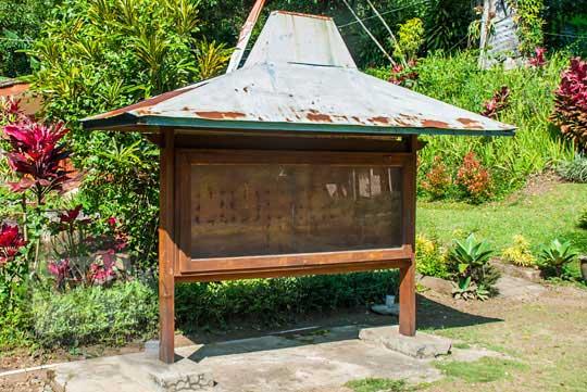 contoh bentuk ukuran papan kayu tempat menempel kertas lembaran poster informasi candi di lokasi candi songgoriti kota batu