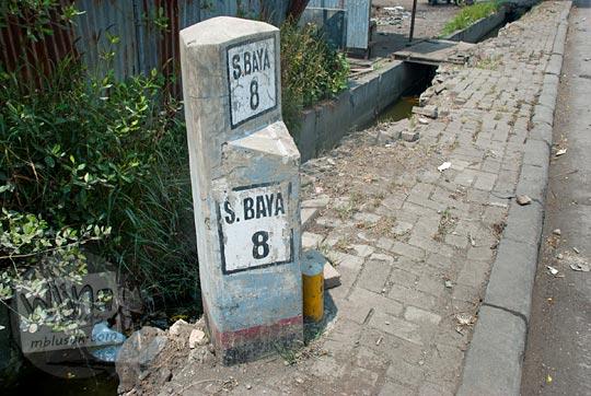 patok kilometer 8 jalan raya surabaya gresik di kawasan genting kalianak