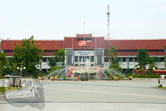 tampak muka balai kota Surabaya dengan air mancur sepi di hari minggu