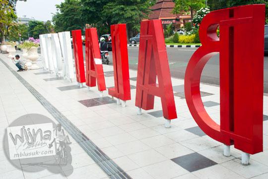 logo nama balai kota Surabaya menghadap jalan yos sudarso