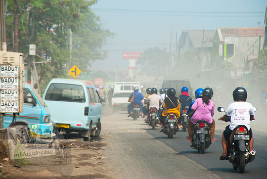 suasana jalan raya Surabaya Gresik di wilayah genting kalianak berdebu parah