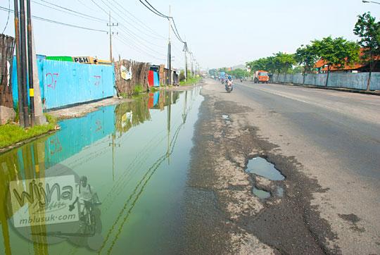kondisi jalan raya Surabaya Gresik banyak genangan air dan berlubang