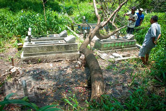 makam kuburan travel bloger pria hits terkenal populer cumilebay di pemakaman tlogopojok gresik jawa timur
