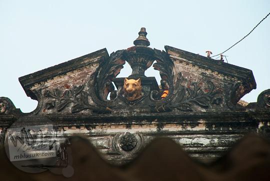 ornamen kepala macan harimau lucu di atap salah satu rumah tua peninggalan belanda di Gresik