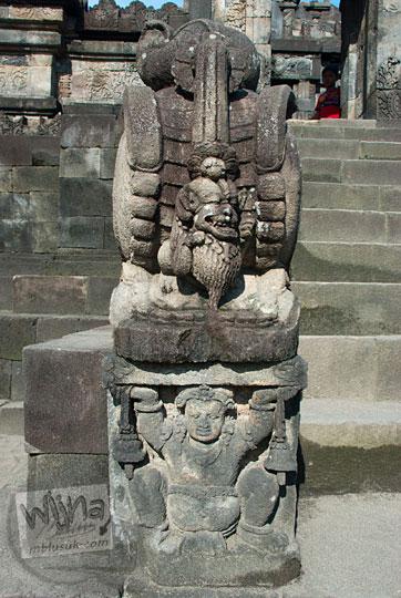 arca makara ditopang gana dengan ukiran singa berkepala manusia di kaki bangunan induk Candi Sambisari Sleman